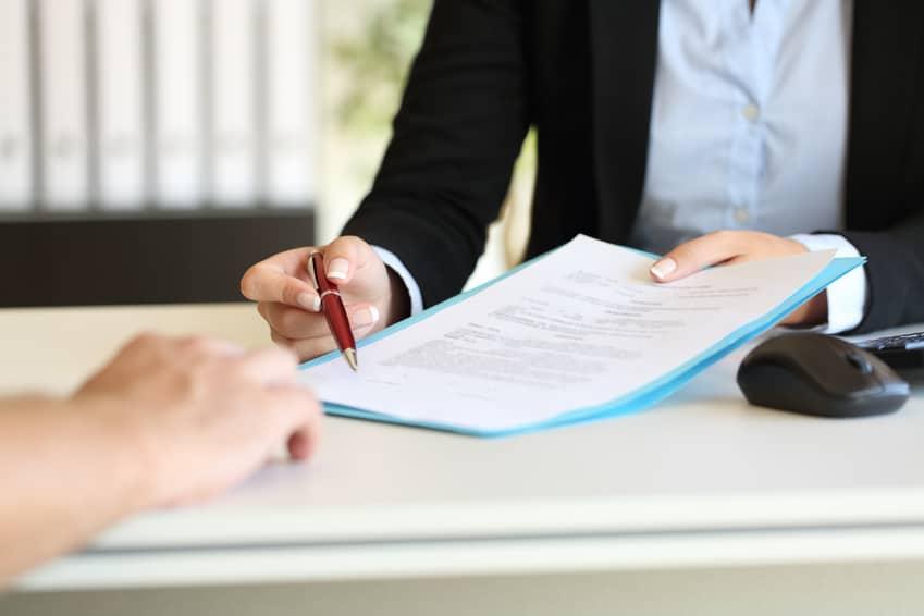 podpisywanie umowy w biurze