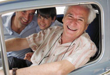 dziadek wnuk i ojciec w samochodzie