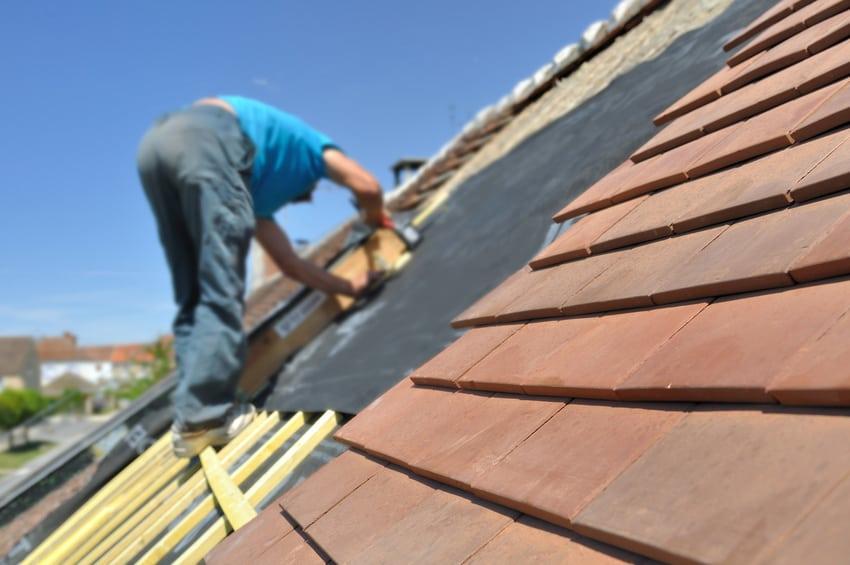 pracownik na dachu