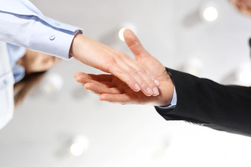 gratulacje, podanie ręki