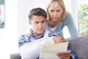 małżeństwo czyta dokumenty