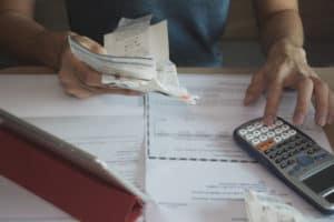używanie kalkulatora do liczenia rachunków