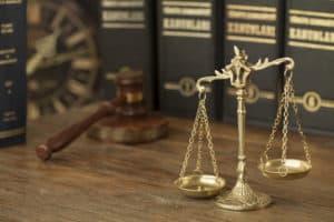 waga, młotek sędziego i stare książki